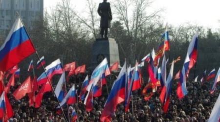 """""""Евромайдан"""": Участники двух митингов устроили потасовку у здания парламента в Крыму"""