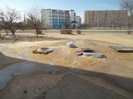 В 27 микрорайоне из колодца вторые сутки бьет фонтан