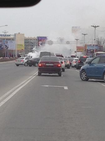 В Актау возле площади Ынтымак сгорел автомобиль Subaru Forester