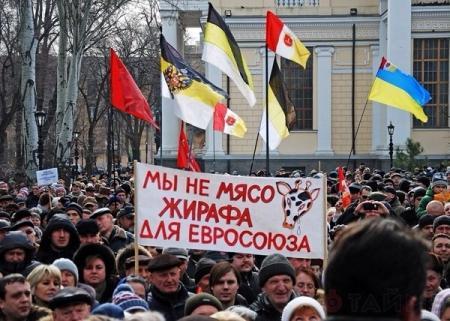Тысячи одесситов собрались под российскими и советскими флагами на Куликовом поле в Одессе.
