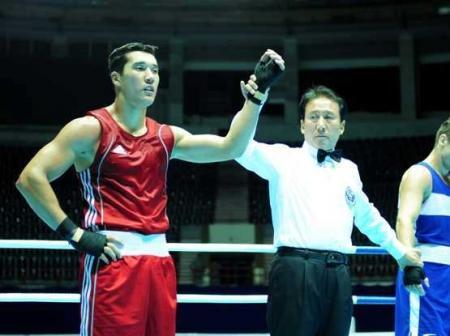 Актауский боксер Адильбек Ниязымбетов выиграл поединок у поляка, дважды отправив его в нокдаун