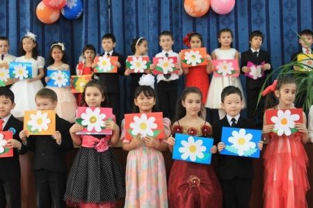 Ученики актауской школы-лицея №7 поздравили мам, бабушек и учителей с 8 марта