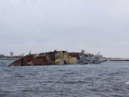 Российские моряки перекрыли выход из базы ВМС Украины затопив корабль