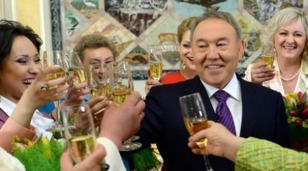 Назарбаев призвал мужчин Казахстана ценить и уважать женщин