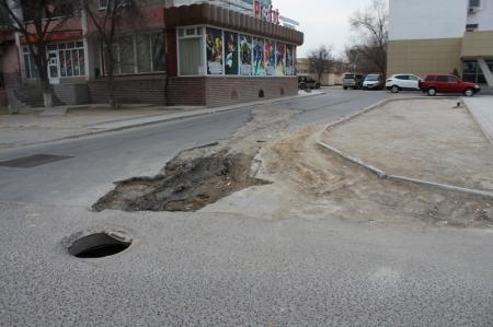 """""""Капканы"""" на дороге в восьмом микрорайоне Актау"""