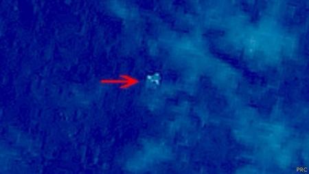 """Пропавший """"Боинг"""": Китай публикует фото обломков в море"""