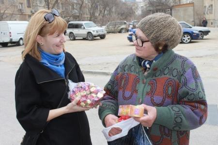 Сотрудники благотворительного фонда «Адал» развезли продукты нуждающимся пенсионерам