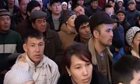 В Мангистауской области несколько сотен жителей села Жетыбай вышли на митинг