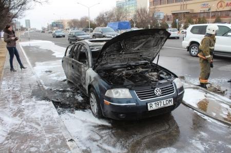 В Актау у торгового центра «Астана» сгорел автомобиль
