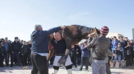 Казахстанский участковый прошел 20 метров с жеребенком на спине