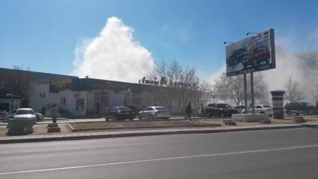 В Актау возле торгового центра «Достык» загорелся мусор