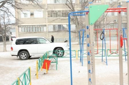 В Актау инспекторы полиции штрафуют водителей, припарковавшихся на детских площадках