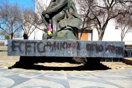 Разрисовали памятник Шевченко