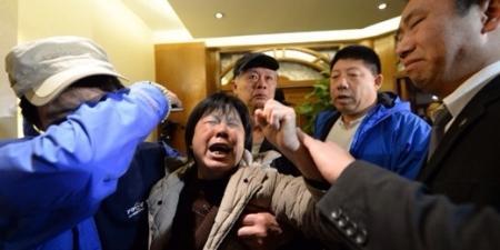 Родственники пассажиров пропавшего Боинга вышли на улицы