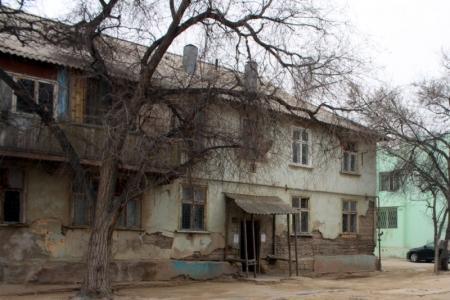 В Актау жители ветхого дома в 3 микрорайоне получили новые квартиры