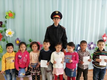 Актауские гаишники учат детей азам ПДД в детских садах