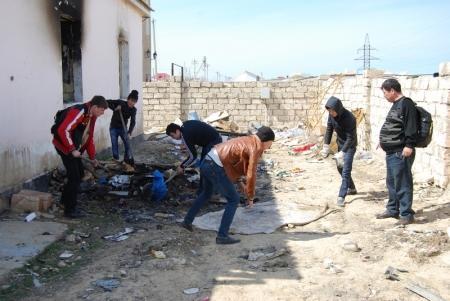 Добровольцы Актау помогают расчистить сгоревший участок в поселке Приозерный-3