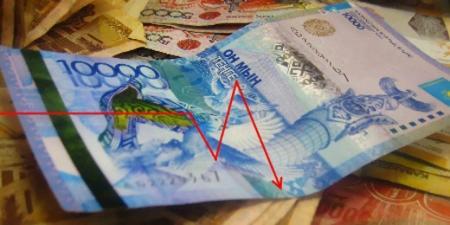 """Казахстанцы перестали верить банкам и хранят деньги """"под подушкой"""""""