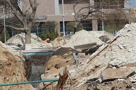 В Актау в сквере возле стелы «Самолет» меняют канализационные трубы