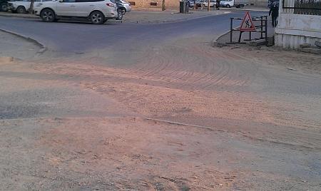Опять яму засыпали песком