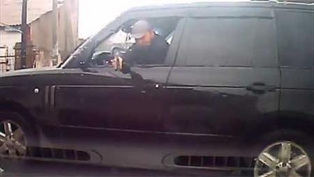 Полиция Алматы задержала водителя Рендж Ровера, угрожавшего женщине пистолетом