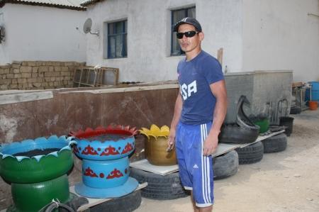 Бывший детдомовец Эльжан Касимов изготавливает вазоны из автомобильных покрышек