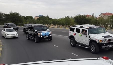 В сети появилось еще одно видео, на котором в Актау полицейские сопровождают свадебный кортеж