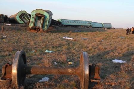 Одной из причин крушения пассажирского поезда в Атырауской области мог стать человеческий фактор – прокуратура