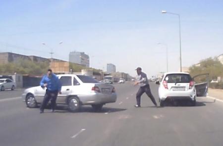 В Актау водители устроили разборку на дороге