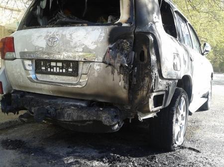 В Актау неизвестные подожгли автомобиль Toyota Land Cruiser 200