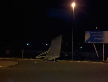 Упал рекламный щит в аэропорту