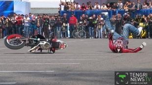 У московского каскадера загорелся мотоцикл на открытии байкерского сезона в Алматы