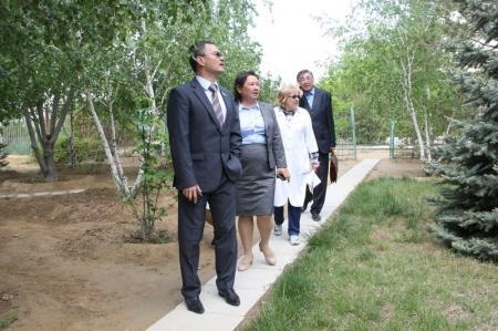 Депутат Серик Оспанов обсудил проблему озеленения со специалистами ботанического сада
