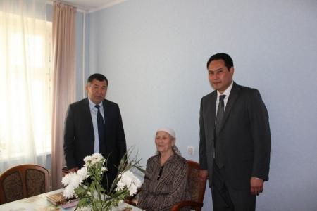 Сотрудники судейского корпуса Мангистауской области поздравили ветерана ВОВ Камку Умбеталину