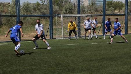 Посвященный Великой Победе турнир по мини-футболу среди ветеранов стартовал в Актау