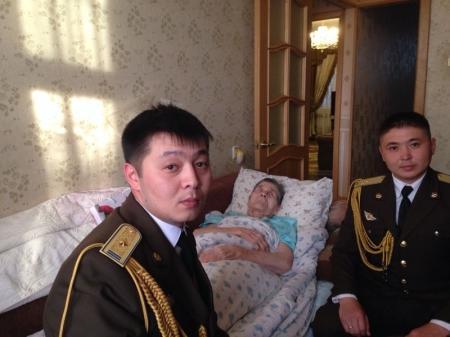 Сотрудники ДКНБ по Мангистауской области поздравили ветерана ВОВ с Днем Победы