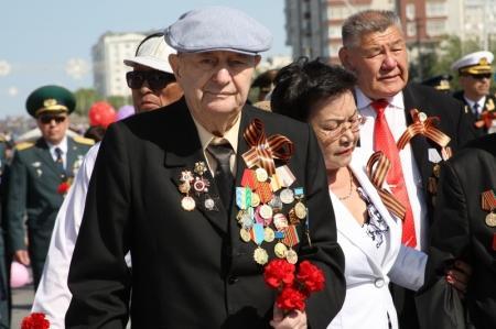 В Актау у мемориала Вечный огонь началось празднование Дня Победы