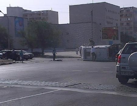 В Актау на перекрестке возле театра перевернулась машина скорой помощи (ДОПОЛНЕНО)