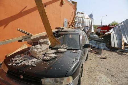 В Актау обрушившаяся крыша строящегося кафе повредила автомобиль