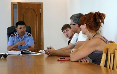 В Актау полицейские провели профилактическую беседу с владельцами свадебных лимузинов