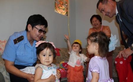 Финансовые полицейские Мангистау поздравили детей из Дома малютки с праздником