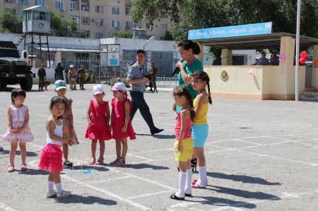 В Актау военнослужащие поздравили детей с праздником