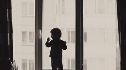 В Жанаозене двухлетний ребенок выпал из окна