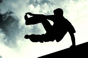 В Актау двадцатидвухлетний парень разбился насмерть, упав с высоты