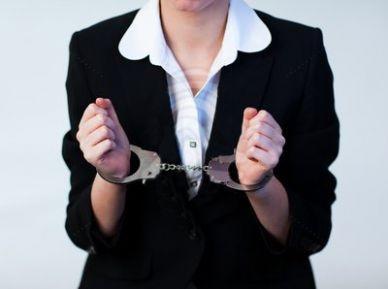 За получение взятки от многодетной матери задержана сотрудница акимата села Мангистау