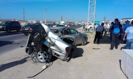 В Актау автомобиль врезался в опору рекламной конструкции
