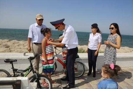 Актауские полицейские вручили детям светоотражающие значки