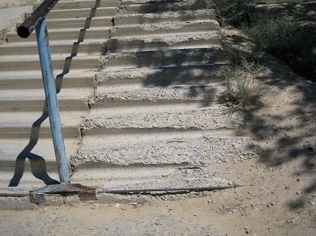 Жители четырнадцатого микрорайона Актау возмущены разрушенной лестницей