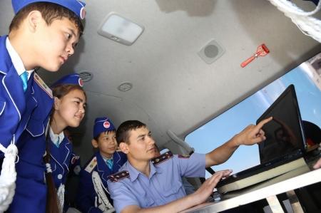В дни летних каникул инспекторы полиции Актау продолжают обучать детей ПДД