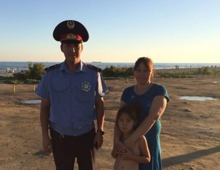 В Актау полицейские нашли заблудившуюся на пляже шестилетнюю девочку